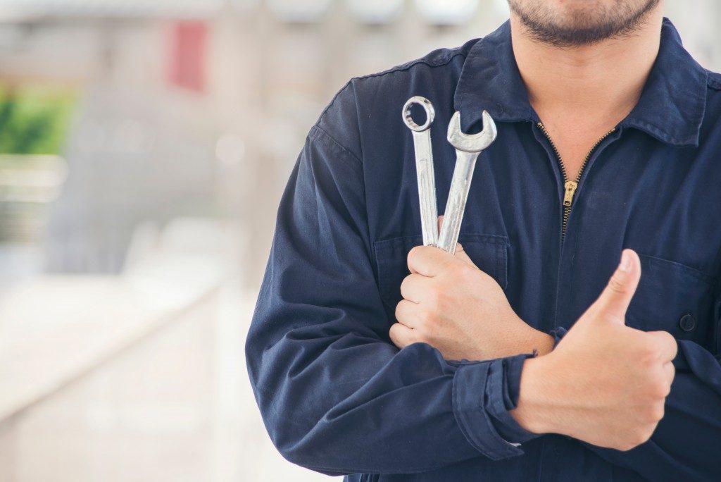 mechanic carrying tools
